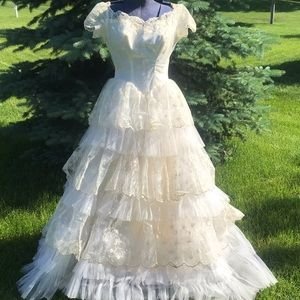 Gorgeous late 50s Tiered Sweetheart Wedding Dress